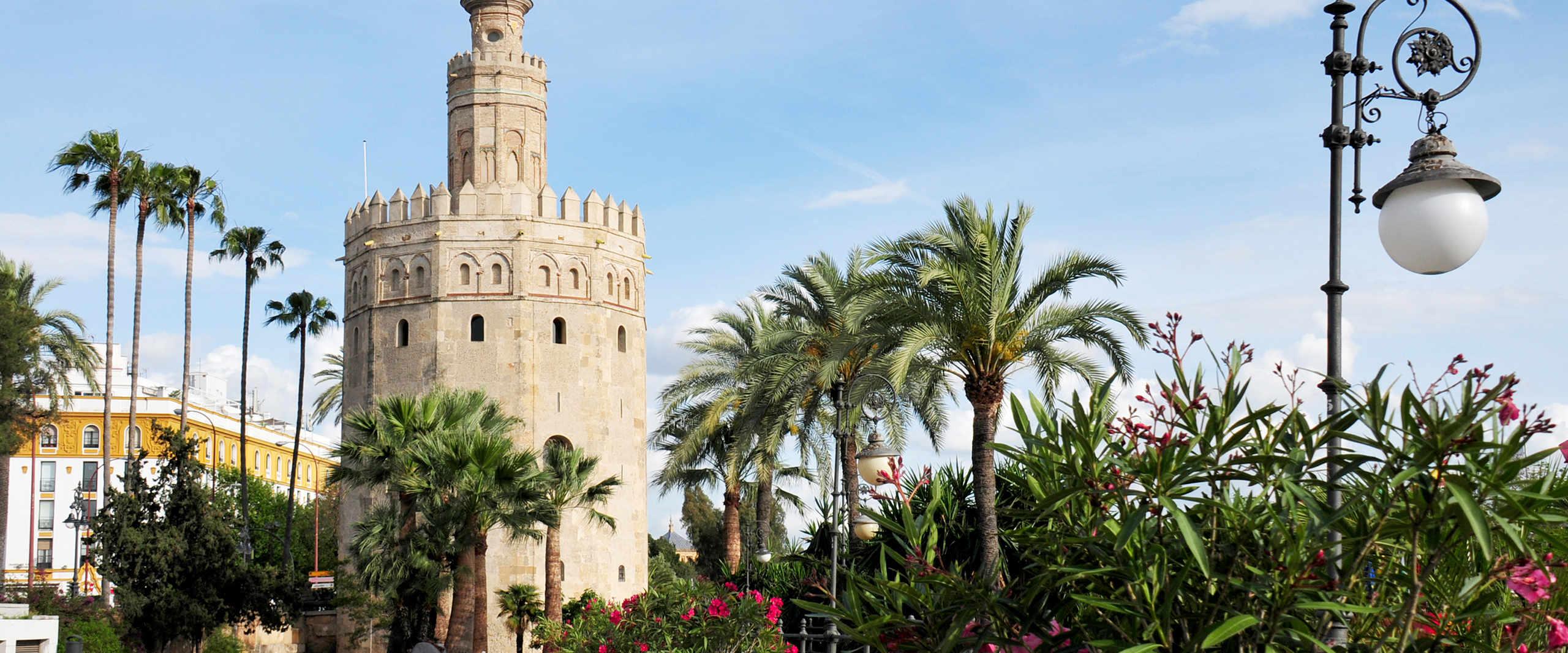 Torre del Oro mit Palmen Allee