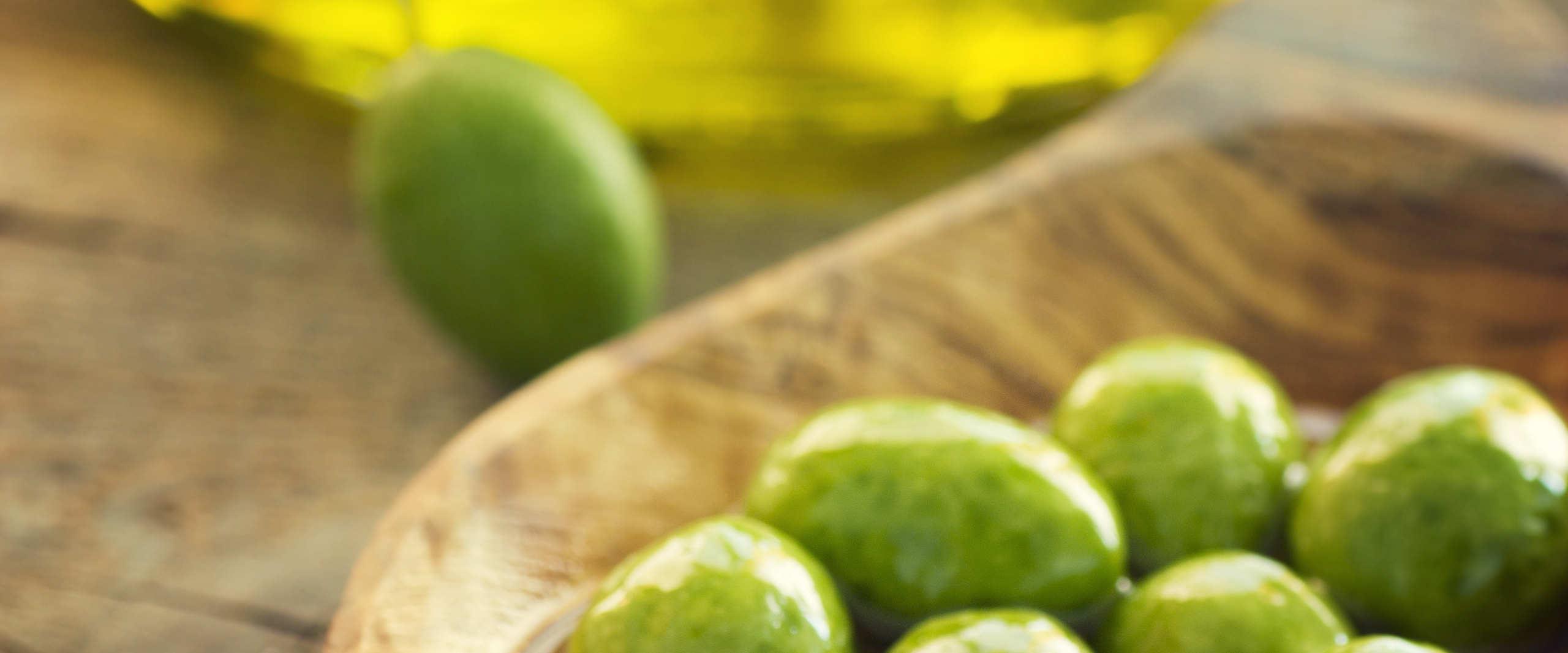 Spanische Oliven in kleiner Holzschale