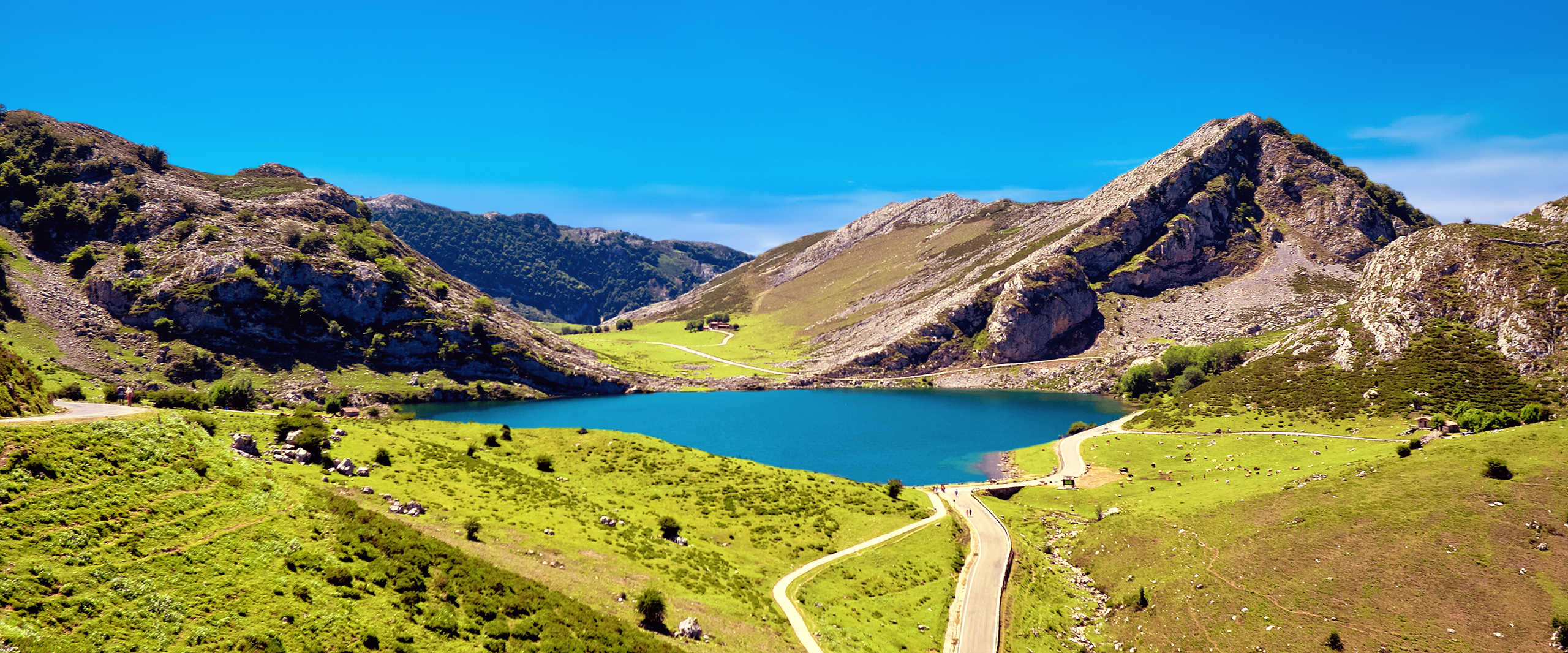 Blauer See inmitten einer Berglandschaft