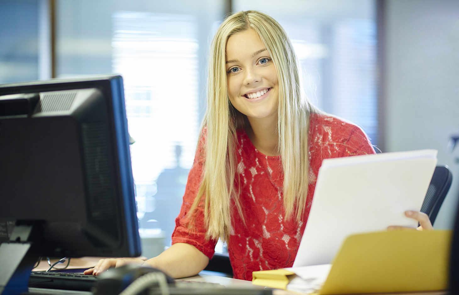 Junge Frau an Computer