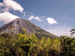 Blick auf einen Vulkan in Costa Rica