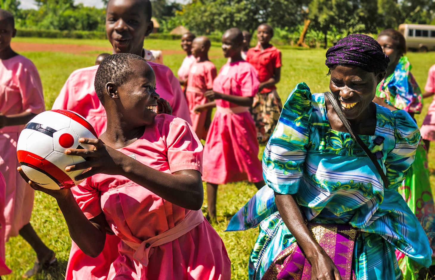Afrikanische Frauen mit Fußball