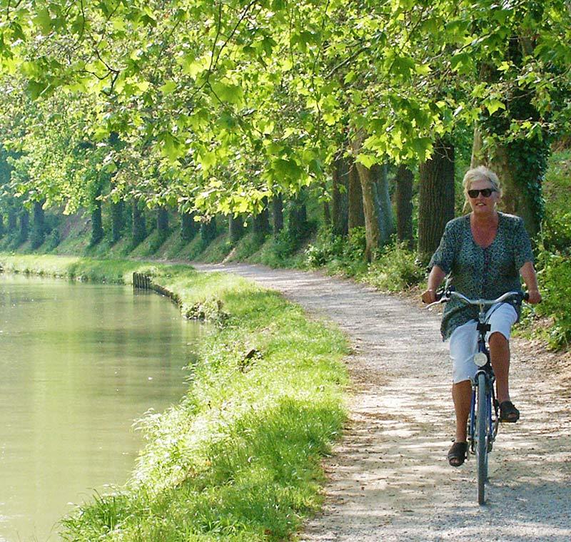 Frau auf Fahrrad entlang der Loire in Frankreich