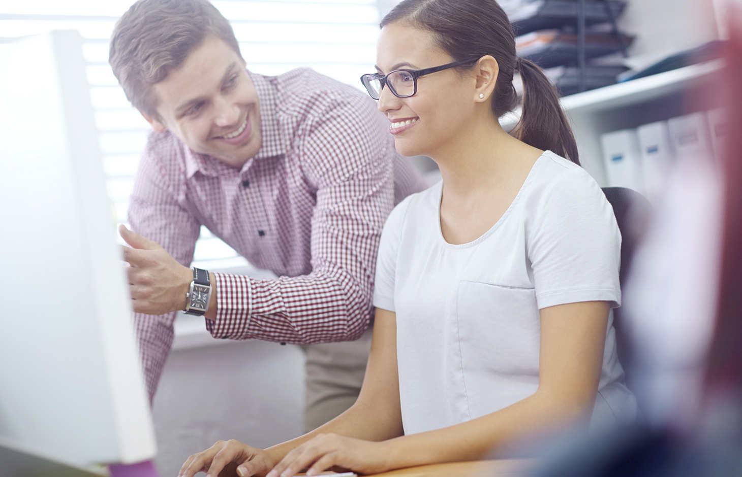 Mann und Frau arbeiten an Computer