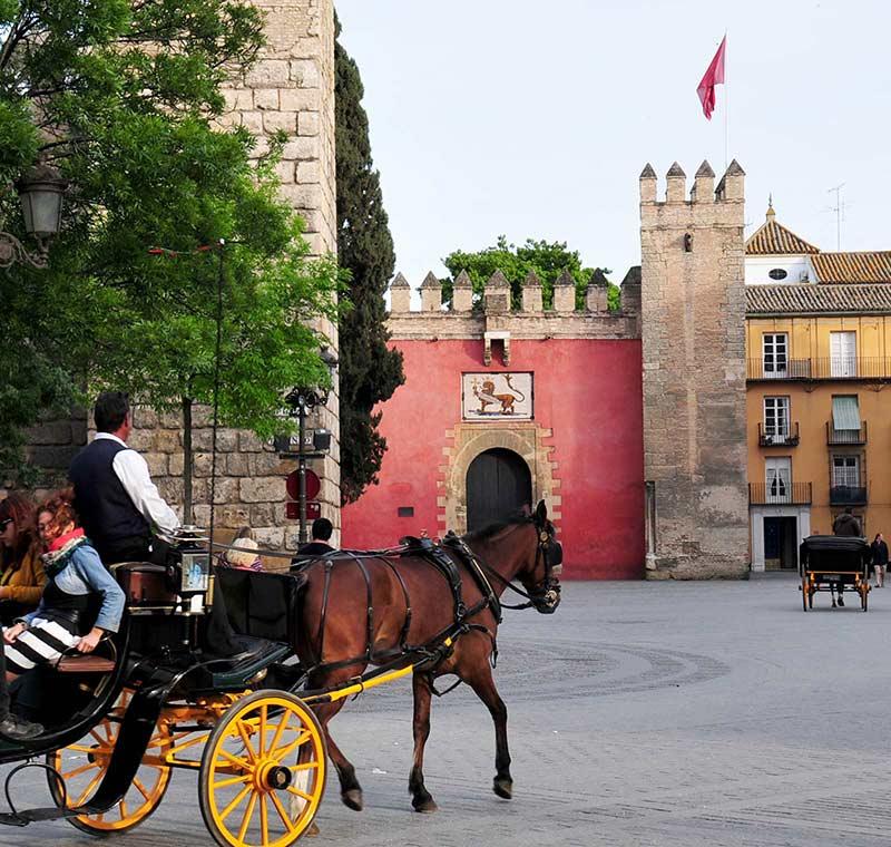 Stadtplatz in Spanien mit Pferdekutschen