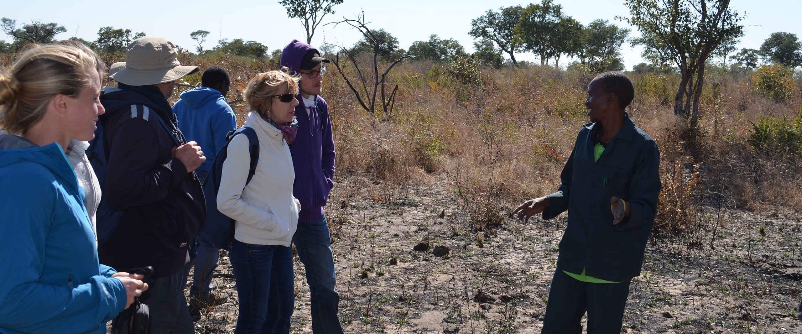 Reisegruppe erfaehrt mehr ueber das Spurenleserprojekt der Khwe