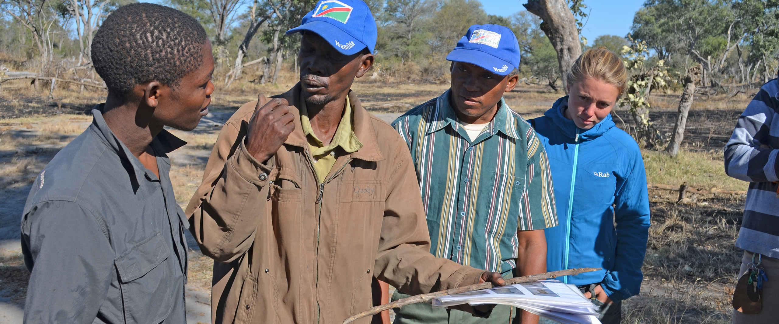 Guide gibt Auskunft ueber das Spurenleserprojekt der Khwe