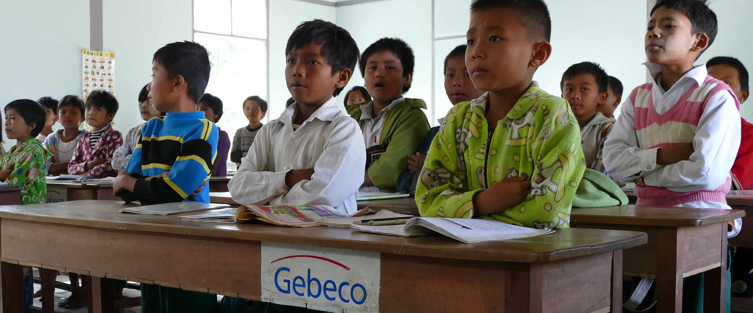 Schueler lernen in ihrer Klasse der Taung Ba Schule in Myanmar