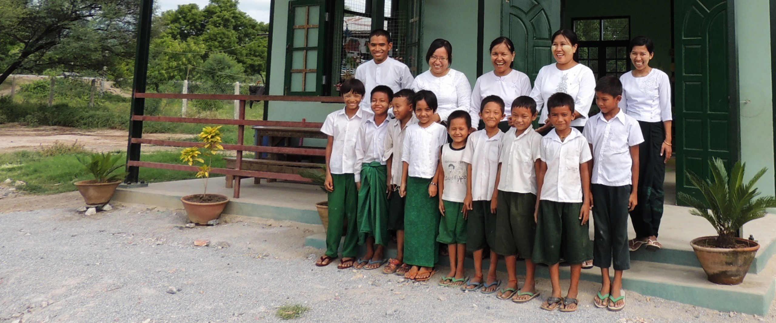 Schueler und Lehrer vor der Taung Ba Schule in Myanmar