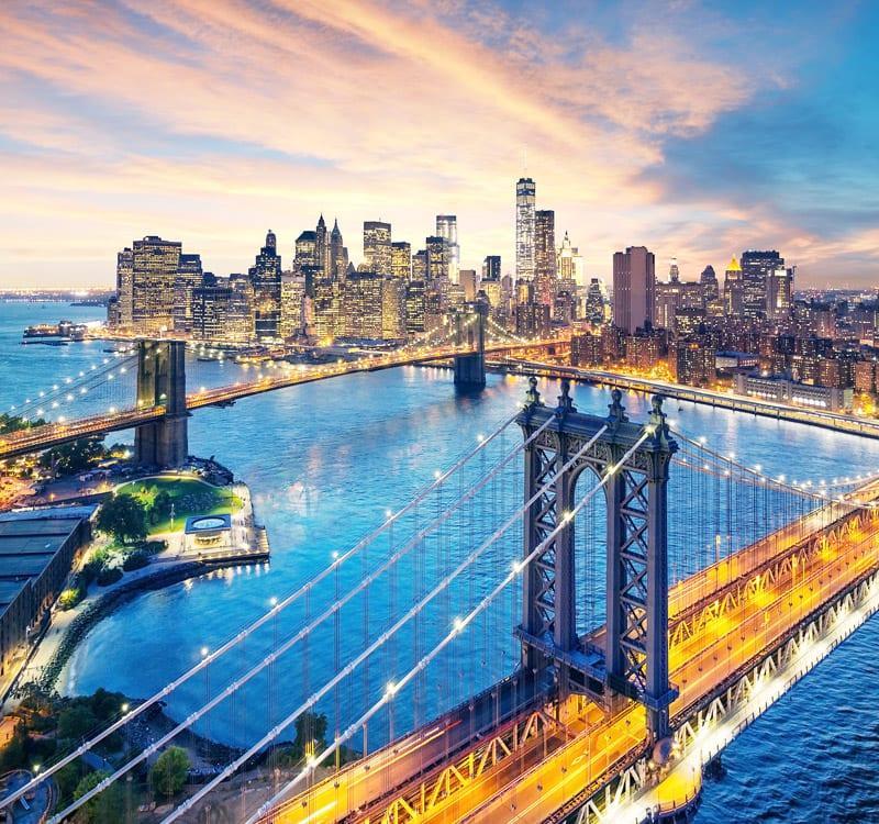 Beleuchtetes New York in Abenddämmerkung