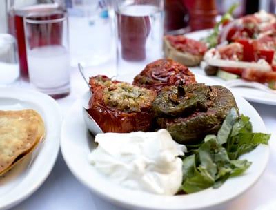 griechisches Essen auf gedecktem Tisch