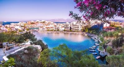 Kreta mit Häuserfassade und Blick aufs Meer