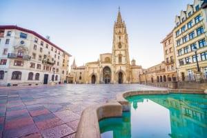 Platz in Oviedo in Asturien mit Brunnen und Kathedrale