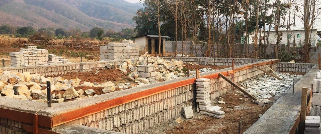 Baustelle der Amaka Basic Primary School vor Gebirge