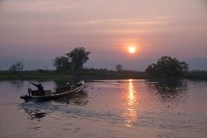 Sonnenuntergang am Inle-See mit Boot darauf