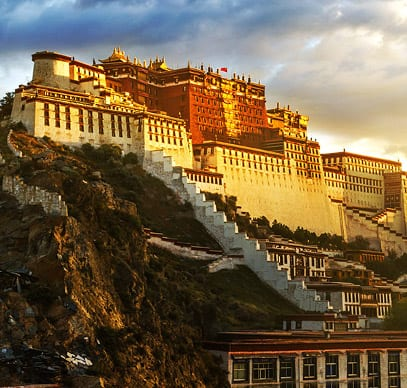 Potala-Palast in Tibet mit Sonnenuntergang