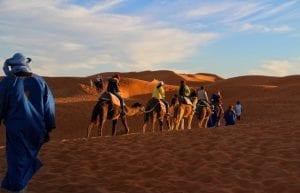 Wüste Marokkos mit Kamelreitern