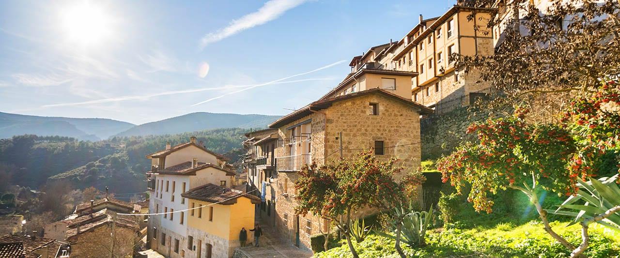 Blick auf spanisches Bergdorf im Spätsommer
