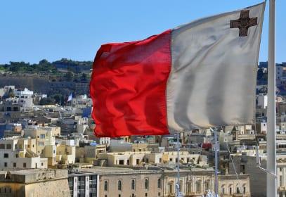 Valetta auf Malta mit Nationalflagge