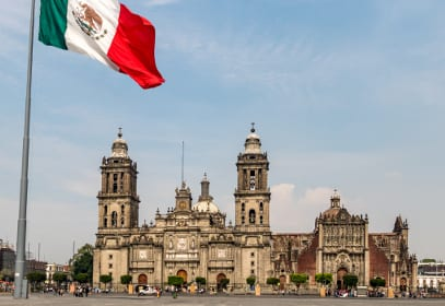 Zocalo Platz in Mexiko Stadt mit Nationalflagge