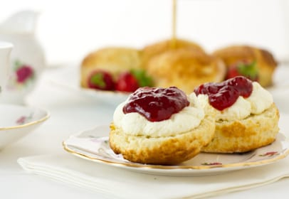 Englische Scones mit Clotted Cream und Erdbeermarmelade