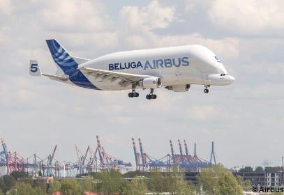 Landeanflug des Beluga Airbusses über dem Hamburger Hafen