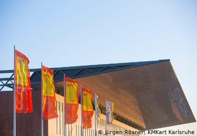 Art Karlsruhe Außenansicht mit Flaggen