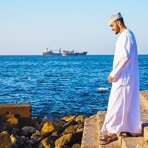 Rundreise Oman Mann am Meer