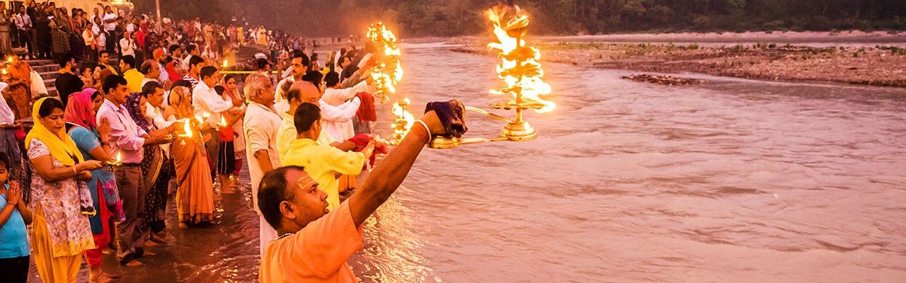 Ganges, Fluss, Feuer, Pilger, Nacht, Flamme, Menschen, Themenjahr 2020