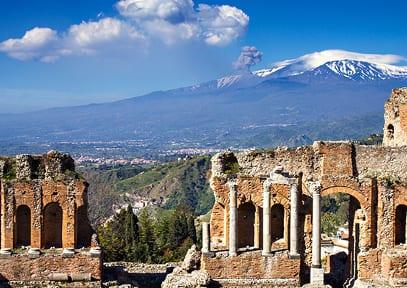 Griechisches Theater in Taormina mit Blick auf den Ätna