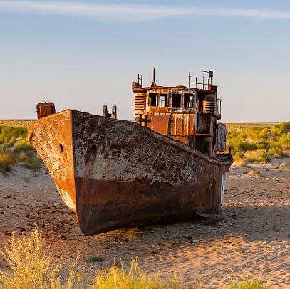 Getrandete Schiffe im ausgetrockneten Aralsee