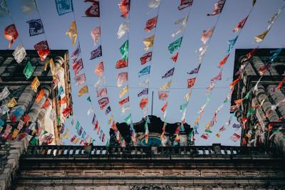 Girlanden in einer mexikanischen Straße